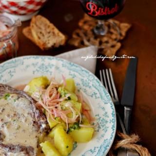 Entrecot-al-pepe-con-patate-al-burro-e-aglio-e-cipolle