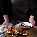 Crostoni con cipollotti, pomodorini, olive e stracchino_2982