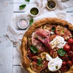 Finta pizza con pesto, pomodori, burrata e prosciutto crudo 59