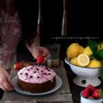 Torta con confettura di frutti rossi e frosting allo yogurt e lamponi75