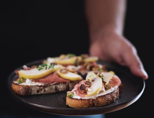 crostoni-al-mascarpone-crudo-e-pere-con-pistacchi-e-miele7