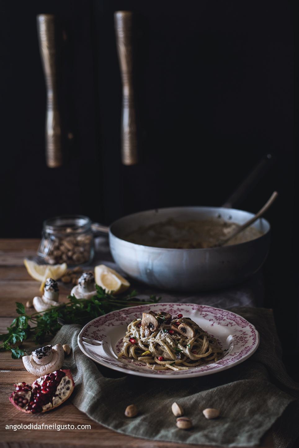 spaghettoni-con-crema-di-champignon-e-mascarpone-pistacchi-e-melagrana-1